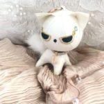 スピリチュアルな儀式を行い合皮で作成する白猫