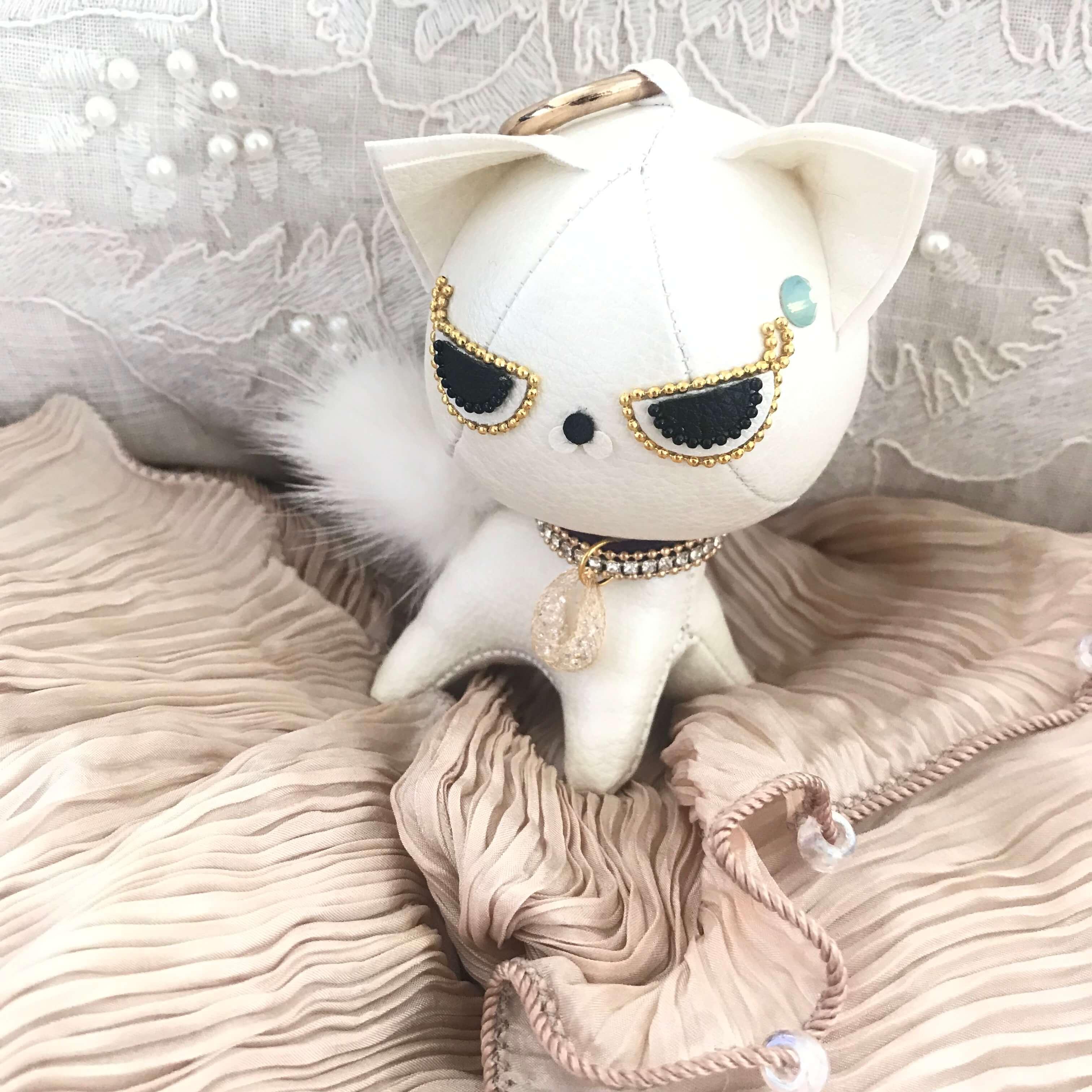 スピリチュアルな能力を持った猫の代替としての合皮で作られた白猫