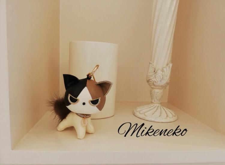 スピリチュアルな能力を持った猫の代替としての合皮で作られたミリオンキャット三毛猫