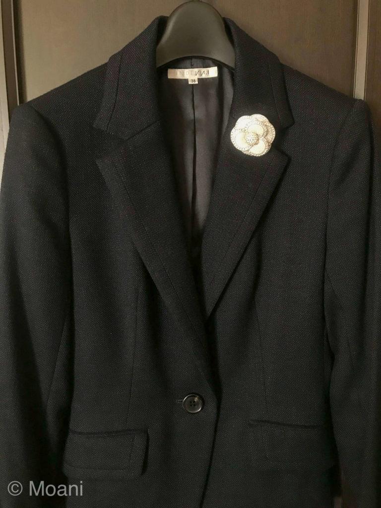 スーツ・ジャケットのブローチのつける位置 残念な例