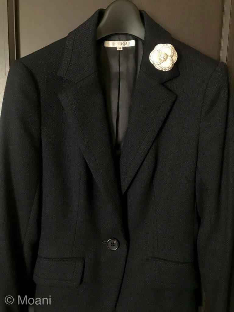 スーツ・ジャケットのブローチのつける位置 (正解)