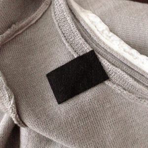 ニットにブローチを付ける際につく穴の防止策(布の裏に貼る)