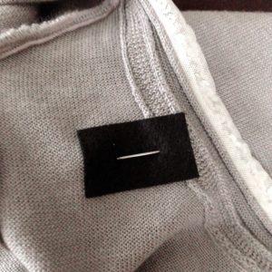 ニットにブローチを付ける際につく穴の防止策(ブローチを付ける)