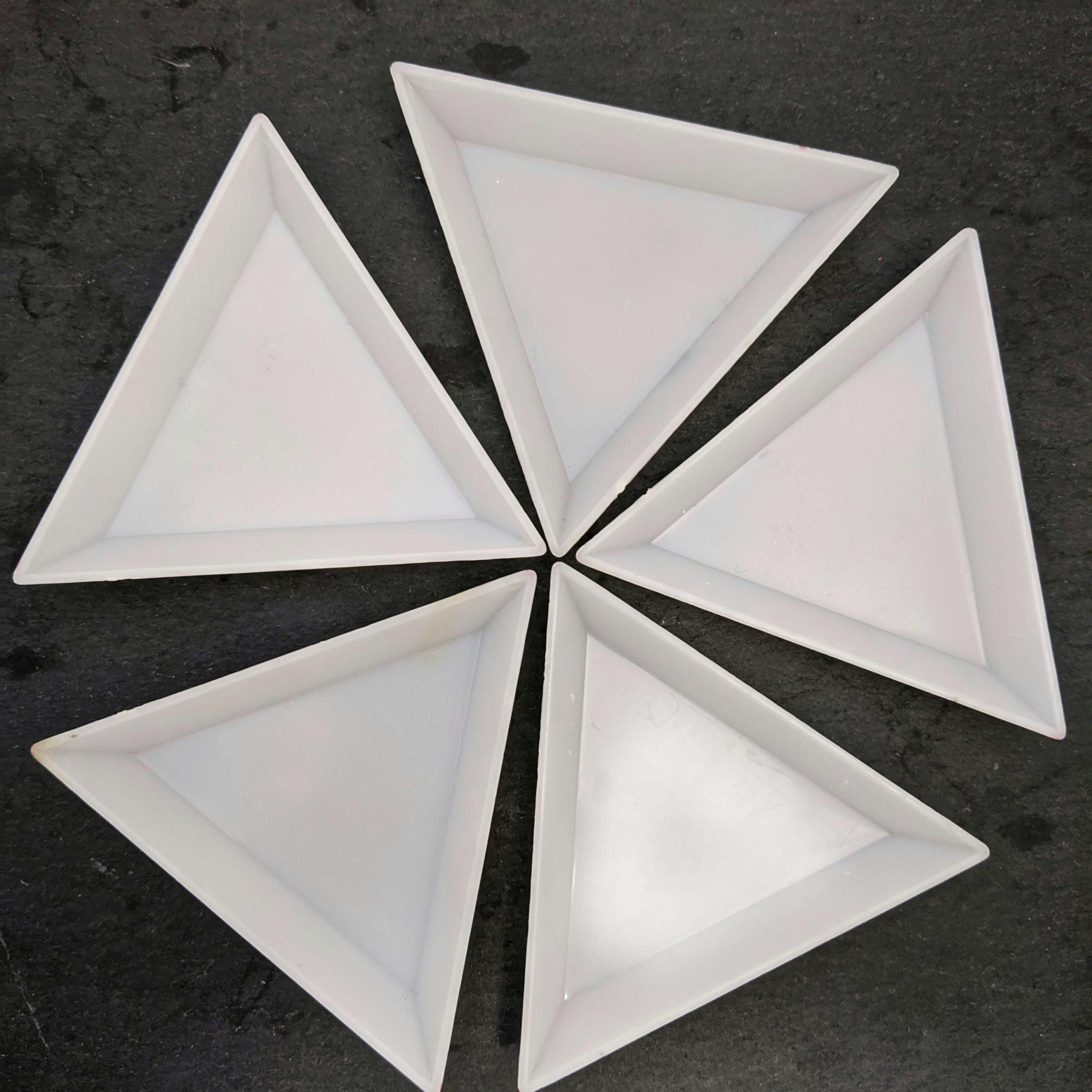 グルーデコを作る際にスワロフスキーを入れる三角トレイ