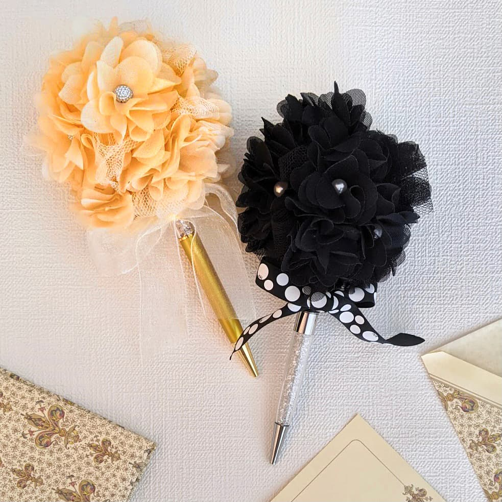 リベリーノ(パールセッティングマシン)を使ってパールを打ち付け作ったボール(シャンティ)をボールペンの頭に飾ってみた。ベージュと黒のアレンジ。